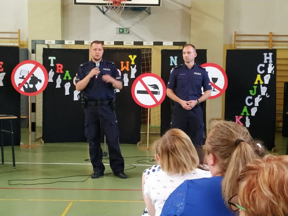 zdjęcie kolorowe: policjanci podczas zakończenie roku szklonego w ZSS nr 42