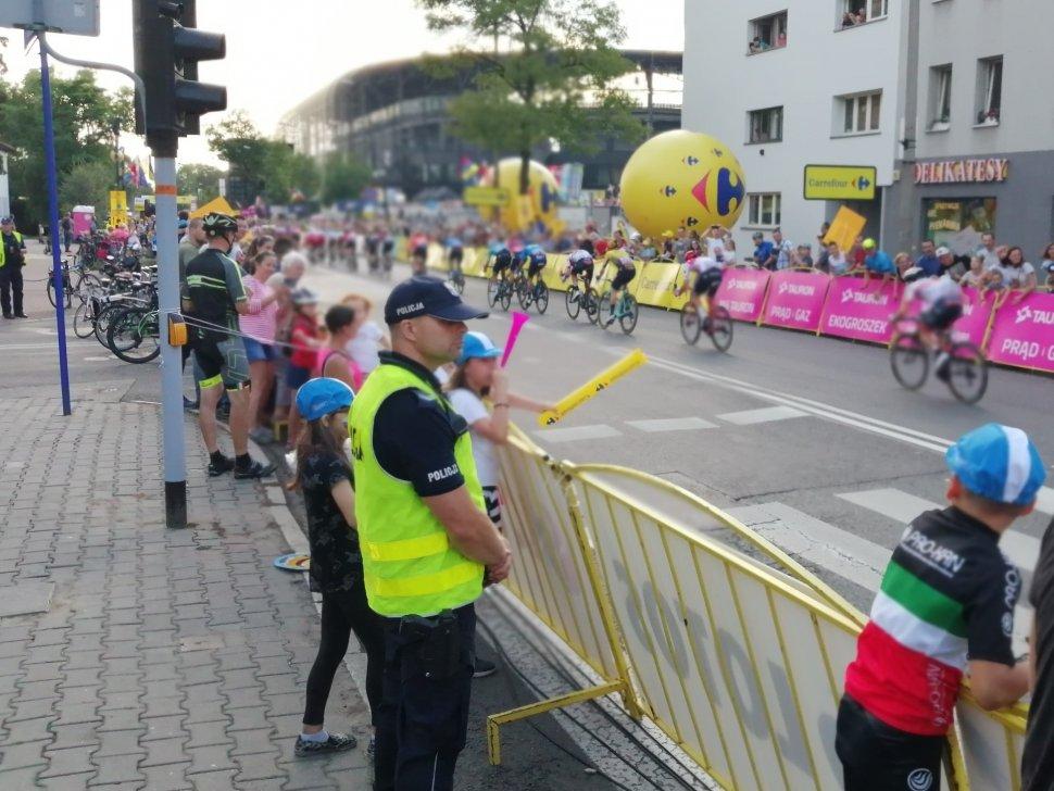 Zdjęcie kolorowe: policjanci podczas 76. Tur de Pologne
