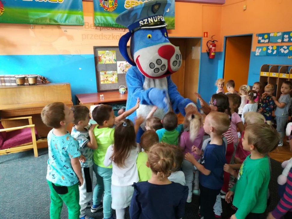 Zdjęcie kolorowe: policjant podczas prelekcji w przedszkolu