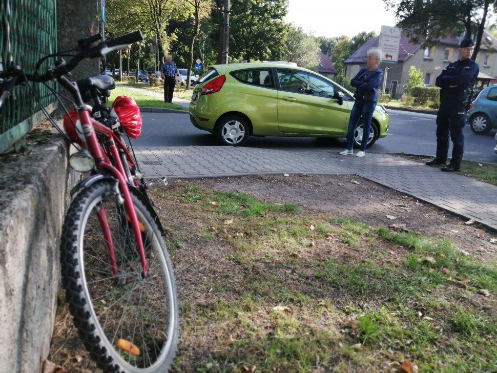 Zdjęcie kolorowe: policjancie podczas czynności na  miejscu zdarzenia drogowego.